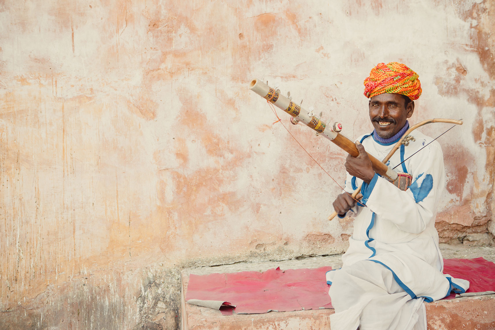 deepi-ahluwalia-india-jaipur-man-instrument