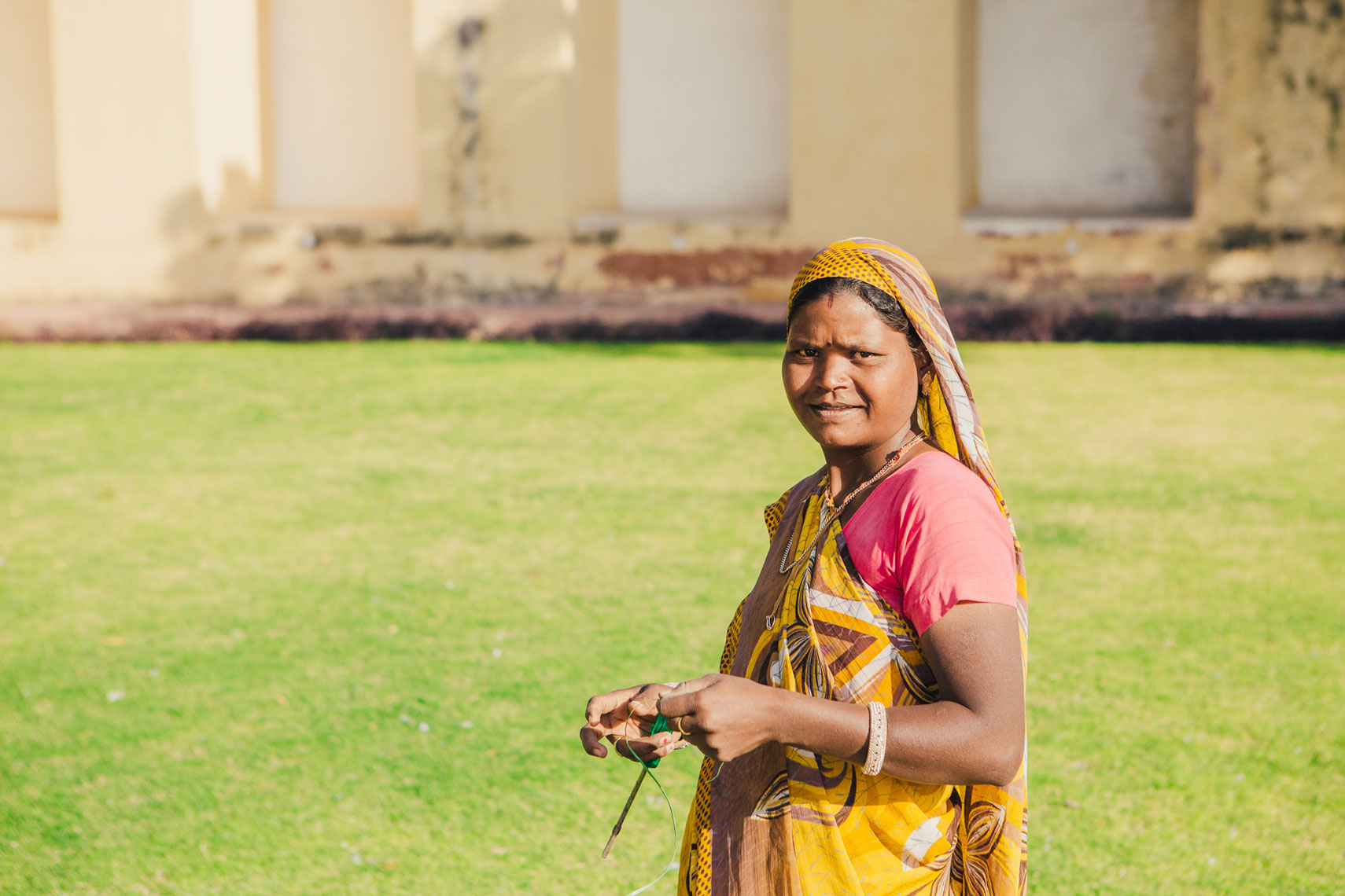 deepi-ahluwalia-india-jaipur-woman-grass