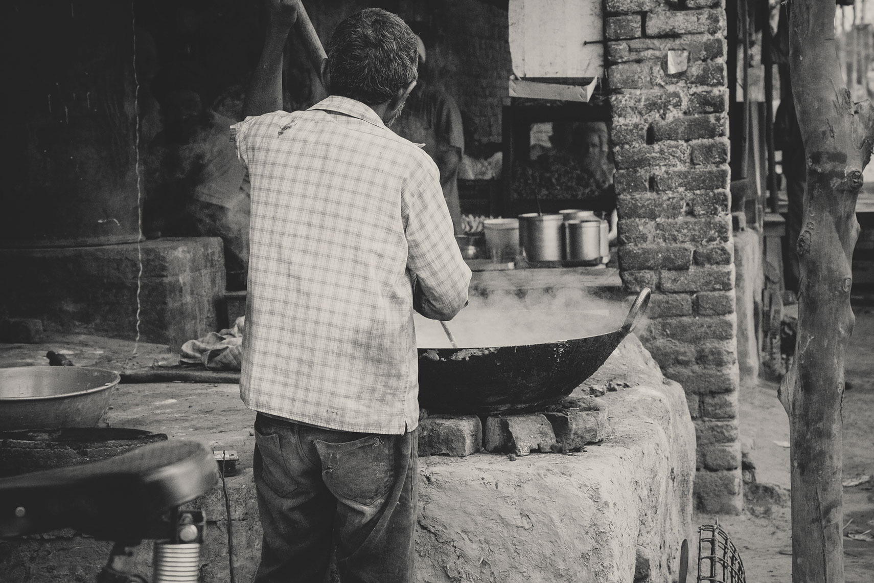 deepi-ahluwalia-india-man-cooking